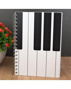 Libreta tamaño A6 con decoración musical de piano