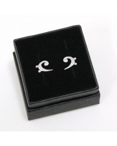 Pendientes de presión con forma de clave de fa en su cajita de joyería negra