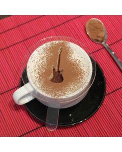 Deliciós cafè decorat amb xocolata mitjançant una plantilla amb forma de guitarra eléctrica