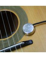 Piezo captador de sonido de la marca artec sobre una tapa de guitarra acústica