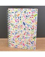 Libreta tamaño A6 con espiral y diseño de notas musicales de colores